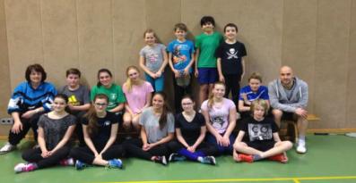 Badminton-Jugend 2015/2016,  mit den Trainern Regina Epstein und Lars Düster.